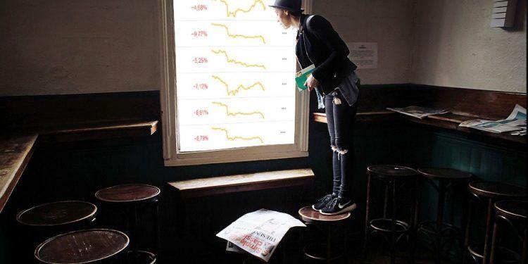 Pixabay.com / Girl near window