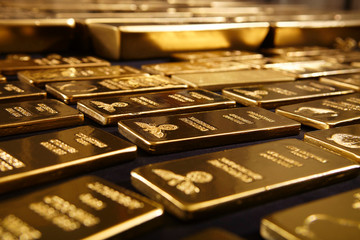 gold hovering near daily lows awaiting US session